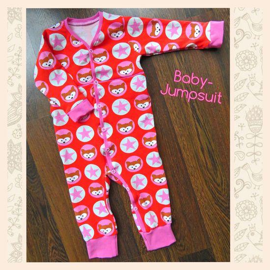 """""""Baby-Jumpsuit"""" ist ein Schnittmuster mit Anleitung für einen klassischen Jersey-Einteiler.  Von Größe 50 bis 92 passt er anfangs als Strampler und kann später als Pyjama genäht werden. Du kannst ihn als kurzen Summersuit oder langen Jumpsuit nähen.  Dieser Einteiler ist super-bequem und ganz leicht anzuziehen da er vom Hals bis zum Bein knöpfbar ist. Dein Baby hat ganz viel Bewegungsfreiheit und fühlt sich wohl.  Verschlossen wird er mit Druckknöpfen. Durch die lange Druckknopfleiste kannst"""
