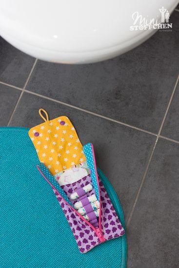 """Von mir erstellte Nähanleitung mit Schnittmuster für das Must-Have in jeder Damenhandtasche. Schnell und einfach selbst genäht: das Slipeinlagen- und Tampon-Täschchen """"Rosi"""".  Slipeinlagen und Tampons lagen bisher quer verstreut irgendwo in meiner Handtasche. Das war aber weder hygienisch, noch hab ich etwas gefunden, wenn ich es gebraucht habe. Also musste eine Tasche her - Rosi!  Mit der kleinen Gummikordel lässt sich das Täschchen super an Türgriffe und Haken befestigen.  Mit dem Reißvers"""