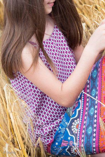 SOFIE - Sommerkleid mit Spaghettiträgern Schnittmuster und Fotonähanleitung zum selber ausdrucken  Dieses hübsche Kleid für leichte Webware ist dein perfekter Begleiter durch den Sommer. Mit gedoppeltem Oberteil, zarten Spaghettiträgern und lässigen Eingriffstaschen im Rockteil bringt dich SOFIE locker durch den ganzen Tag. Ein eingearbeitetes Gummiband zwischen Oberteil und Rock umschmeichelt sanft die Taille.  Ruck Zuck genäht mit der ausführlich bebilderten Nähanleitung. Schritt für Schr