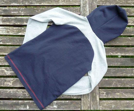 """Ein smarter, alltagstauglicher Begleiter!  Der besondere Hingucker dieses normalweit geschnittenen Pullover  befindet sich an der Rückenpartie. Von anderen Hoodies hebt sich  ebenfalls die nah an Hals und Kopf anliegende Kapuze ab. Mit einfach zu  nähenden Raglan-Ärmeln kommen auch Anfänger schnell zu einem schönen  Kleidungsstück. (Möchtest Du ein Jersey-Shirt in diesem smarten Stil nähen, empfehle ich  Dir mein eBook """"Smart-Shirt"""")     Ihr benötigt:  Sweatshirtstoff (in versch. Qualitäten"""