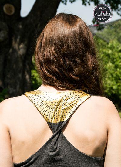 Das 'T-Knot'n'Croppy' ist ein anliegendes Tanktop mit zugehörigem Kurzpulli für Damen. Der Schnitt enthält zwei verschiedene Vorderteile, einen Rundhalsausschnitt und einen Wasserfallausschnitt. Im Schnitt sind ebenfalls zwei Rückenschnitte, aus welchen sich 4 verschiedene Rücken gestalten Lassen. Dazu kommt der asymmetrische Kurzpullover der für kühle Frühlingsabende die perfekte Ergänzung zum Schnitt ist und ihm einen modernen Lagenlook verleiht. Der Schnitt ist mit einer Step-by-Step bebi