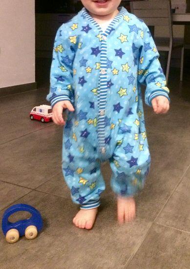 Der Kuschelanzug wird seinem Namen in allen Lebenslagen gerecht: Genäht aus Sweat, Nicki, Stretchfrottee oder Ähnlichem ist dein Kleines stets rundherum kuschelig verpackt.Kein Hochrutschen, kein Kneifen und Drücken. Ob auf dem Sofa, zum Schlafen oder einfach rund um die Uhr, Anzüge sind für Babys und Kleinkinder einfach das perfekte Kleidungsstück!  Der Kuschelanzug kann mit Belegen oder Einfassung genäht werden, wobei man jeweils zwischen Knöpfen und Reißverschluss wählen kann. Seine dreit