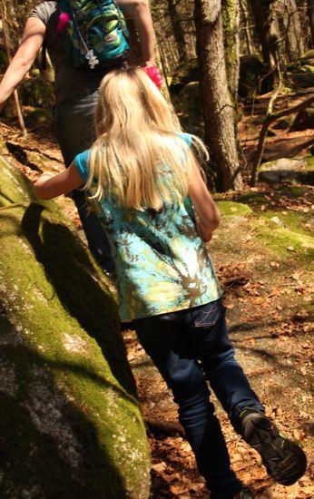 JOSY - Trägershirt mit Raglannaht und Aufschlag an den Schultern, für Mädchen  Schnittmuster und Fotonähanleitung zum selber ausdrucken  Josy ist ein körpernah geschnittenes Sommershirt mit rundem  Ausschnitt, Raglannähten und einem Aufschlag am breiten Träger. Es lädt  zum kombinieren und experimentieren ein. Ob Colour-Blocking, Mustermix  oder ganz schlicht und einfarbig, mit Josy hast du ein Shirt, das dich  über viele Sommer begleiten wird. Entdecke deine Josy immer wieder neu!  Ruck