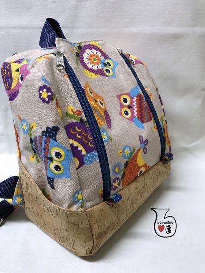 Ein kleiner Rucksack für den Kindergarten und ein mittelgroßer Rucksack für den Tagesausflug? Beim Sport, beim Oma-Wochenende, für Wechselklamotten, im Urlaub und auf Reisen ... Näh dir deinen KlapPack-Rucksack, so wie es dir gefällt. Die große Klappe am Hauptfach lässt sich ganz einfach mit 2 Reißverschlüssen öffnen und bietet viel Platz für dein Lieblingsstoff-Motiv, Applikationen, Plotter- oder Stickdateien. In die zusätzliche Innentasche passen Malblöcke, Zeitschriften und Bücher. Am Tas