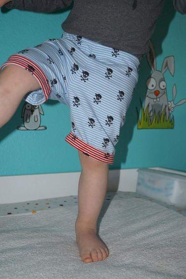 """Die """"Sommer Hanni"""" ist aus dem eBook """"Mitwachs-Jogginghose Hanni"""" abgeleitet und erzielt als lässige Shorts oder coole Dreiviertel-Hose aus Sweat die besten Ergebnisse. Jersey ist natürlich auch möglich, allerdings sitzt sie dann sehr labberig im Schrittbereich, was für kurze Schlafanzughosen aber gut passen könnte.  Der Schnitt ist für Popos, die normale Wegwerfwindeln tragen, konzipiert. Beim Probenähen kamen einige Stoffi-Mamas auch gut mit dem Schnitt zurecht, es gab aber auch welche, be"""