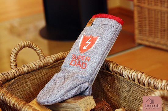 """Von mir erstellte Nähanleitung mit Schnittmuster für einen Handschuh in Einheitsgröße. Ideal für Ofen und Grill. Nähbar als Krokodil, Hai, Schlange oder neutral.  Der Ofen- und Grillhandschuh """"Frederick"""" lässt nichts anbrennen! Gefüttert mit einem in sich verfestigten, kompakten Volumenvlies (Thermolam) schützt der Handschuh vor heißen Oberflächen.  Ideal also als Grillhandschuh, Handschuh für den Kaminofen, aber auch für den normalen Backofen. Der extra lange Ärmel schützt zusätzlich vor au"""