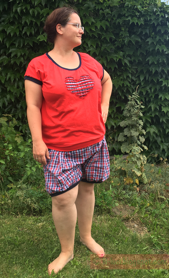 """Leni ist ein oversize T-Shirt  für Frauen in den Größen 32 bis 50.  Das T-Shirt """"Leni"""" ist ein Wohlfühlshirt, das locker und luftig sitzt und viele Looks ermöglicht.Das Shirt hat zwei Ausschnittvarianten. Du kannst zwischen einem normalen/hohen Ausschnitt odereinem tiefen Ausschnitt wählen.  Durch die Weite und Länge sollte Leni unbedingt mit einem Saumbündchen genäht werden.Wer kein Bündchen am Saum mag, kann das Shirt auch mit einem Gummizug abschließen.  Lange habe ich nach einem Shirt ge"""